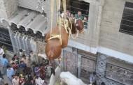 صور: باكستاني يستعين برافعة لإنزال أبقار ضخمة كان يربيها على سطح منزله