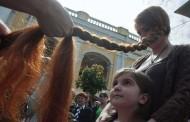 عالم غريب: لمنعها من الزواج قام الاب بحلق شعر ابنته بالكامل !
