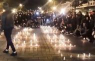 صور: إشعال الشموع في شارع الحبيب بورقيبة تخليدا ووفاء لروح 26 شاب و شابة لقوا حتفهم في حادث انقلاب حافلة
