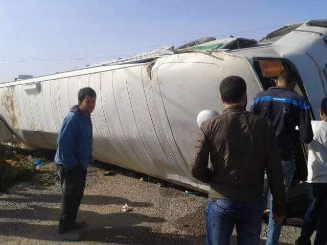 بالصور: في حصيلة أولية، وفاة عامليتن وإصابة 57 في اصطدام وانقلاب حافلتين في