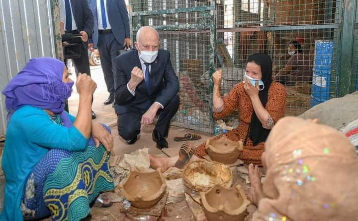 اليوم الوطني للمرأة: قيس سعيد يقوم بزيارة فجئية لحرفيات بحي شعبي